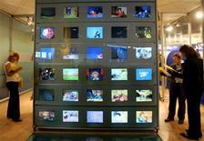 <p>Sept foyers français sur dix reçoivent la télévision en numérique sur au moins un poste, tandis que le taux de couverture de la population en télévision numérique terrestre (TNT) a atteint 88% à la fin juillet 2008, d'après le Conseil supérieur de l'Audiovisuel. /Photo d'archives/REUTERS/Eric Gaillard</p>