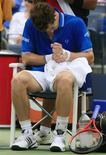 <p>Tenista britânico Andy Murray sente lesão no punho em foto de arquivo. O tenista número três do mundo não disputará o Masters de Xangai por conta dessa contusão. REUTERS/David Gray</p>