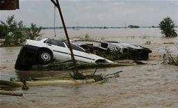<p>Перевернутые автомобили в затопленной провинции Пангасинан на Филиппинах 9 октября 2009 года. Более 100 человек погибли на Филиппинах за прошедшую неделю в результате наводнений и схода оползней, вызванных непрекращающимися ливнями, сообщили чиновники. REUTERS/Erik de Castro</p>