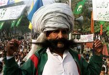 <p>Пакистанец Эллайи Бахш Балух демонстирует усы во время фестиваля в Исламабаде 20 ноября 1998 года. Отпустите усы - и это повысит шансы на получение более высокооплачиваемой работы, утверждают исследователи из Американского института усов (American Mustache Institute). REUTERS/STR New</p>