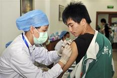 <p>Uno studente cinese riceve il vaccino per l'influenza H1N1 a Pechino. REUTERS/China Daily</p>