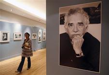 """<p>Una fotografía del escritor colombiano Gabriel García Márquez en la exhibición """"A Life"""", en el Palacio de Bellas Artes en Ciudad de México, 8 oct 2009. Con una serie de libros, documentos y fotografías, fue presentada en México la muestra """"Gabriel García Márquez: una vida"""", un recorrido por la historia del laureado escritor colombiano que servirá de preámbulo para el lanzamiento de una biografía. REUTERS/Jose Miguel Gomez</p>"""