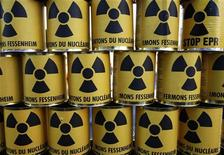 <p>Банки с символом ядерной энергии на демонстрации в Колмаре 3 октября 2009 года. Отработанное ядерное топливо с французских атомных электростанций хранилось в России под открытым небом, сообщила в понедельник французская газета Liberation. REUTERS/Vincent Kessler</p>