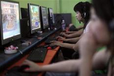 <p>China prohibió la inversión extranjera en la lucrativa industria de los videojuegos online, en un intento por reforzar el control sobre los mundos virtuales. El regulador chino de la industria de los videojuegos, la Administración General de Prensa y Publicaciones, y el organismo de supervisión de los derechos de autor emitieron una circular el sábado prohibiendo la inversión extranjera en operaciones de videojuegos domésticos a través de empresas propias, emprendimientos conjuntos y cooperativas. REUTERS/ Nir Elias/Archivo</p>