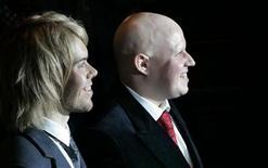 """<p>Imagen de archivo del comediante Matt Lucas (der) y su ex pareja Kevin McGee en la recepción de su unión civil en Londres, 17 dic 2007. El comediante británico Matt Lucas no continuará interpretando su rol en una obra del West End de Londres, luego de abandonar la producción temporalmente tras el suicidio de su ex pareja, dijeron el lunes los productores de la obra. Lucas, de 35 años, será reemplazado por Con O'Neill como Kenneth Halliwell en la obra """"Prick Up Your Ears"""" del teatro Comedy Theater. REUTERS/Toby Melville/Archivo</p>"""