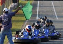 <p>Rubens Barrichello lidera corrida de kart com mecânicos da Brawn GP na Granja Viana, em São Paulo, antes do GP do Brasil, no domingo. REUTERS/Paulo Whitaker</p>