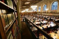 <p>Читальный зал Нью-Йоркской публичной библиотеки 14 декабря 2004 года. Google планирует открыть в первой половине 2010 года интернет-магазин Google Editions для продажи электронных версий книг. REUTERS/Mike Segar</p>