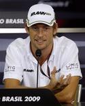 <p>Perto do título, o piloto britânico Jenson Button é só sorrisos em Interlagos. REUTERS/Paulo Whitaker</p>