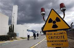<p>Знак радиации на заводе по производству плутония в Кадараше, Франция 15 октября 2009 года.Северная Корея вновь пригласила специального дипломатического представителя США Стивена Босворта на переговоры в Пхеньян для обсуждения ядерной программы, сообщило японское агентство новостей Kyodo. REUTERS/Jean-Paul Pelissier</p>