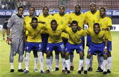 <p>Игровки сборой Бразилии позируют для групповой фотографии перед квалификационным матчем Чемпионата мира 2010 на стадионе в бразильском городе Салвадор 9 сентября 2009 года. REUTERS/Sergio Moraes</p>
