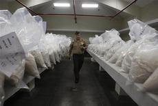 <p>Полицейский проходит между мешков с кокаином в Лиме 18 декабря 2008 года. Сотрудники сербских и американских спецслужб задержали в Атлантическом океане корабль с 2,8 тонны кокаина на борту, сообщила газета Blic. REUTERS/Pilar Olivares</p>