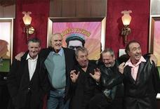 """<p>Участники комик-труппы """"Монти Пайтон"""" на церемонии вручения премии в Нью-Йорке 15 октября 2009 года. Британская комик-труппа """"Монти Пайтон"""", отмечающая 40-летие творческой деятельности, получила накануне специальный приз за вклад в развитие кино и телевидения. REUTERS/Lucas Jackson</p>"""