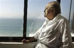 <p>Foto de arquivo de Oscar Niemeyer em seu escrtório no Rio de Janeiro. O arquiteto, de 101 anos, recebeu alta neste sábado. Ele foi internado em 23 de setembro com dores abdominais e submetido a duas cirurgias na região. REUTERS/Sergio Moraes</p>