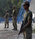 <p>Солдаты армии Пакистана охраняют блок-пост на дороге у города Дера Исмаил Хан на границе с провинцией Южный Вазиристан 18 октября 2009 года. Талибы атаковали позиции пакистанских войск и захватили стратегически важный город в Южном Вазиристане, сообщили представители служб безопасности. REUTERS/Faisal Mahmood</p>