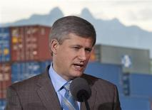 <p>Prime Minister Stephen Harper announces improvements to port facilities during a visit to Vancouver, British Columbia October 13, 2009. REUTERS/Andy Clark</p>