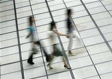 <p>Women walk through a street in Tokyo August 13, 2008. REUTERS/Yuriko Nakao</p>