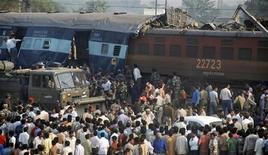 <p>Люди смотрят на место столкновения поездов на окраине города Матура 21 октября 2009 года. По меньшей мере 10 человек погибли в результате столкновения двух пассажирских поездов на севере Индии в среду, заявили власти. REUTERS/K. K. Arora</p>