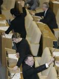 <p>Депутаты голосуют на заседании Госдумы РФ в Москве 21 ноября 2008 года. Госдума РФ приняла в первом чтении проект федерального бюджета на 2010 год и основные характеристики бюджета на 2011-2012 годы. REUTERS/Alexander Natruskin</p>