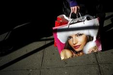 <p>A shopper holds her purchases as she walks down the street at Herald Square in New York November 24, 2006. REUTERS/Eric Thayer</p>