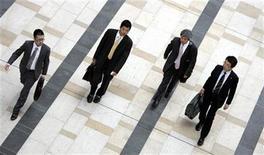 <p>Businessmen walk on a street in Tokyo July 31, 2007. REUTERS/Yuriko Nakao</p>