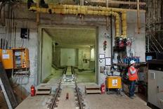 <p>A construction worker stands 20 metres underground in a metro shaft under the Ferdinand Bol straat in Amsterdam June 30, 2009. REUTERS/Michael Kooren</p>