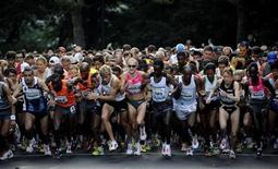 <p>Paula Radcliffe (C) of England and other competitors start the New York City Half-Marathon in New York August 16, 2009. REUTERS/Jeff Zelevansky</p>