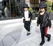 """<p>Jazmine e seu irmão Victor Chupina esperam a premiere do filme """"This Is It"""", em Los Angeles. Fãs de Michael Jackson em todo o mundo lotaram sessões do filme """"This Is It"""" nesta quarta-feira para a despedida final do Rei do Pop, muitos vestidos como seu ídolo ou em figurinos dos vídeos musicais do astro.28/10/2009.REUTERS/Mario Anzuoni</p>"""
