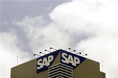 <p>Foto de archivo de la sede de la compañía SAP en Bangalore, India, jun 24 2009. SAP sorprendió el miércoles a los inversionistas al recortar sus proyecciones de ventas para todo el año por un débil desempeño de los mercados emergentes y Japón, justo en momentos en que los rivales dieron motivos para la esperanza sobre un aumento del gasto en tecnología. REUTERS/Punit Paranjpe</p>