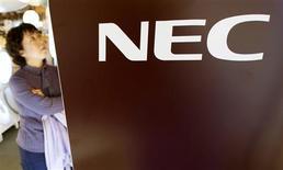 <p>NEC a abaissé de 40% sa prévision de bénéfice d'exploitation sur l'exercice, plombé par les pertes de sa division semi-conducteurs et les faibles ventes de ses systèmes de réseaux. Le premier fabricant japonais de PC table désormais sur un bénéfice opérationnel de 60 milliards de yens (450 millions d'euros) pour son exercice s'achevant fin mars. /Photo prise le 29 octobre 2009/REUTERS/Kim Kyung-Hoon</p>