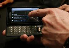 <p>Motorola, légèrement bénéficiaire sur le trimestre juillet-septembre, anticipe pour les trois derniers mois de l'année un résultat supérieur au consensus, grâce notamment au lancement de nouveaux modèles de téléphones portables comme le Droid (photo). /Photo prise le 28 octobre 2009/REUTERS/Brendan McDermid</p>