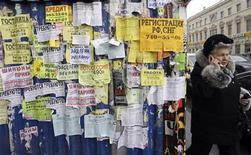 <p>Женщина проходит мимо объявлений, написанных на русском языке, в Санкт-Петербурге 26 февраля 2009 года. Интернет-корпорация по присвоению имен и номеров (ICANN) в пятницу приняла решение разрешить использование любых алфавитов при регистрации адресов во всемирной паутине, что может привести к резкому росту числа интернет-пользователей. REUTERS/Alexander Demianchuk</p>