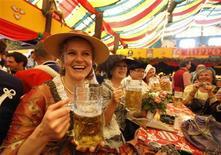 <p>Женщины пьют пиво на фестивале Октоберфест в Мюнхене 20 сентября 2009 года. Кажется, финансовый кризис оказался совсем не страшным. Согласно опросу компании Synovate, каждый четвертый рад рецессии, так как она помогла им переосмыслить жизненные приоритеты. REUTERS/Pawel Kopczynski</p>