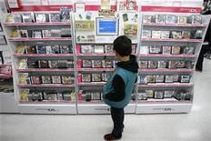 """<p>Un niño mira juegos de Nintendo Co. Ltd. para la consola Nintendo DS en una tienda en Tokio, 1 feb 2009. ¿Qué tienen en común """"Saw"""", Freddy Krueger y Jason Voorhes de """"Friday the 13th"""", además de los asesinatos en serie? Los videojuegos, si uno ha de creer en las más recientes promociones de las estrellas del género de horror. Los videojuegos de horror están registrando un año récord, debido a que las batallas contra zombies, monstruos, demonios y sicópatas con sierras eléctricas de las consolas han hecho que para algunos los juegos sean el nuevo hogar del terror. REUTERS/Stringer/Archivo</p>"""