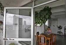 <p>Una ragazza davanti al portatile in un appartamento all'Avana. REUTERS/Claudia Daut</p>