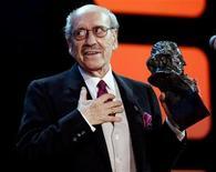 """<p>Imagen de archivo del actor español José Luis López Vázquez tras recibir un premio Goya, en Madrid, 30 ene 2005. El actor español José Luis López Vázquez, conocido por sus papeles en películas como """"El pisito"""" o """"Mi querida señorita"""", murió a los 87 años después de una larga enfermedad, informaron el lunes medios. López Vázquez, uno de los actores más prolíficos del cine español con más de 200 películas y decenas de obras de teatro, recibió el Goya de Honor en el 2005. REUTERS/Andrea Comas/Archivo</p>"""