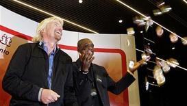 <p>Richard Branson (a sinistra), fondatore e presidente di Virgin Group accanto al giocatore del Milan Clarence Seedorf. REUTERS/Stefano Rellandini</p>