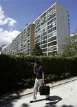"""<p>Foto de archivo de un hombre hablando por un teléfono móvil frente a un complejo de apartamentos en Seúl, sep 8 2009. Los hombres se han vuelto tan abiertamente afectuosos entre sí cuando utilizan el celular que ahora firman los mensajes de texto a sus amigos con un beso (señalado con un x), dando lugar a un nuevo grupo compuesto por """"metrotextuales"""". REUTERS/Jo Yong-Hak</p>"""