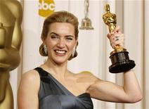 """<p>Foto de archivo de la actriz Kate Winslet junto a su premio de la Academia por la película """"The Reader"""", Hollywood, EEUU, feb 22 2009. La actriz ganadora del Oscar Kate Winslet aceptó el martes 25.000 libras esterlinas (40.000 dólares) tras ganar una demanda por calumnias acerca de que habría mentido en público sobre su régimen de ejercicios. REUTERS/Mike Blake</p>"""