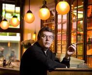 """<p>Голландский политик Майкл Велинг отдыхает в своем """"кофешопе"""" в Амстердаме 18 апреля 2007 года. Голландцы меньше всех в Европе употребляют марихуану, несмотря на то, что этот наркотик разрешен в их стране, следует из опубликованных в четверг данных регионального исследования. REUTERS/Michael Kooren</p>"""
