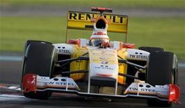 <p>Il pilota Renault Fernando Alonso durante le prove di qualificazione del Gran Premio di Abu Dhabi. REUTERS/Caren Firouz</p>