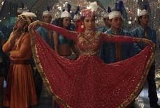 """<p>Imagen de archivo de los actores de Bollywood Mallika Sherawat y Rahul Bose durante la filmación de la película """"Maan Gaye Mughal-E-Azam"""" en Mumbai, India, mar 21 2008. Cuando Dhundiraj Govind Phalke decidió filmar una película en 1911, fue ridiculizado y enfrentó una grave escasez de financiamiento. Pero sin perder el ánimo, vendió gran parte de sus pertenencias para crear el primer largometraje de India, """"Raja Harishchandra"""", sembrando las semillas de lo que hoy se conoce como la industria cinematográfica más grande del mundo. REUTERS/Manav Manglani/archivo</p>"""