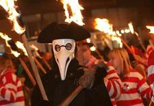 <p>Local bonfire societies parade through the town at the annual Lewes bonfire and procession, Lewes, East Sussex, November 5, 2004. REUTERS/Toby Melville</p>
