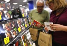 <p>Fan comprano album dei Beatles in un megastore di New York. REUTERS/Shannon Stapleton</p>