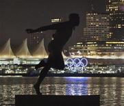 <p>A statue of Canadian athlete Harry Jerome frames the Olympic Rings lit up in the waters of Coal Harbour on the Vancouver, British Columbia waterfront November 4, 2009. REUTERS/Andy Clark</p>