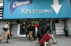 <p>Люди проходят мимо входа в бесплатный туалет на Таймс-Сквер в Нью-Йорке 20 ноября 2006 года, который будет открыт в период отпусков. На должность работника туалета в центре Нью-Йорка требуется общительный и полный энергии сотрудник. Хорошая заработная плата гарантирована. REUTERS/Mike Segar</p>