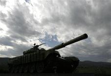 <p>Советский танк, установленный на пьедестале в городе Агдам, Азербайджан 29 октября 2009 года. Недалеко от въезда в Агдам дуло установленного на пьедестале танка направлено на восток, в сторону Баку. Война между Арменией и Азербайджаном закончилась 16 лет назад, однако перемирие здесь слишком хрупко. REUTERS/David Mdzinarishvili</p>