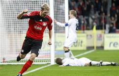 <p>O jogador Lars Bender, do Bayer Leverkusen, comemora seu gol contra o Eintracht Frankfurt nesta sexta-feira. O Bayer Leverkusen goleou o Eintracht Frankfurt por 4 x 0 com três gols nos primeiros 11 minutos e assumiu uma vantagem de quatro pontos na liderança do Campeonato Alemão. REUTERS/Ina Fassbender</p>