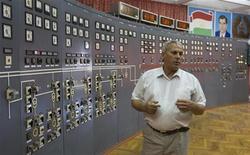 <p>Мужчина стоит в зале управления Нурексой гидроэлектростанции в Таджикистане 29 мая 2008 года. Самая масштабная в истории Таджикистана авария в энергосистеме на три часа оставила страну без света утром в понедельник. REUTERS/Shamil Zhumatov</p>