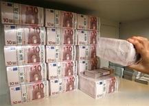 <p>Стопки купюр валюты евро в банке в Вене 21 июля 2009 года. Немецкое правительство в понедельник поддержало новую программу мер, которая облегчит налоговую нагрузку на компании и домохозяйства начиная со следующего года. REUTERS/Heinz-Peter Bader</p>