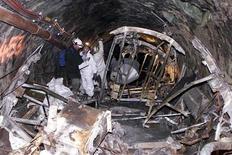 <p>Спасатели на месте пожара в туннеле близ курорта Капрун в Альпах 30 января 2001 года. 11 ноября 2000 года в тоннеле в Альпах близ курорта Капрун погибли 159 человек. Причина - пожар в фуникулере. REUTERS/POOL</p>